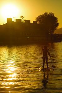 Lake Havasu Paddle Boarding (c) Arizona Office of Tourism