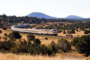 Grand Canyon Railway in der weitläufigen Landschaft bearbeitet-1