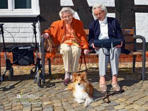 Luna mit zwei alten Damen-1 bearbeitet-1