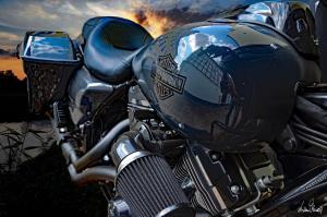 Harley Davidson Motorrad in der Abenddämmerung an der Aller in Verden (Niedersachsen)