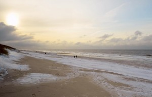 © Sylt Marketing l Holger Widera Spaziergang am verschneiten Meer