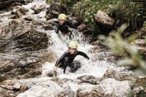 Kinderprogramm17 Canyoning Lech-Zuers Tourismus-by BernadetteOtter2
